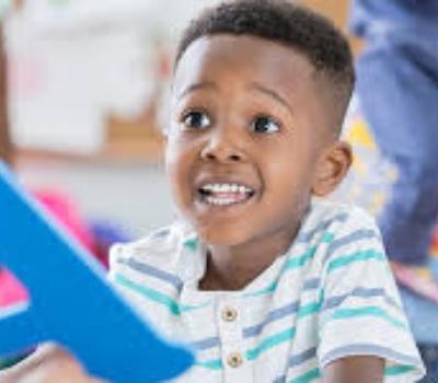 menino negro autista que precisa de atendimento com um terapeuta ocupacional